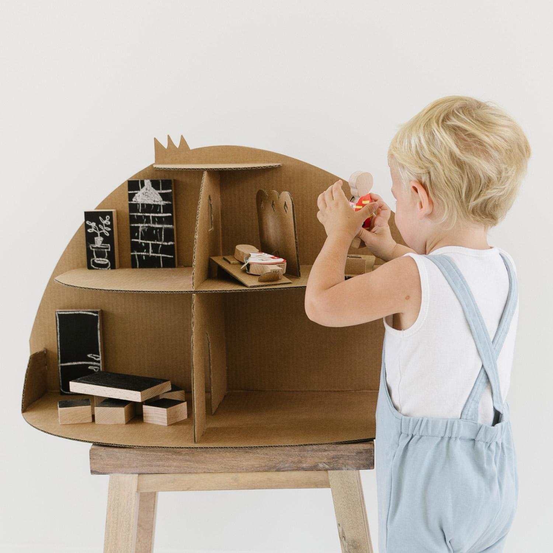 Maison de poupée en carton et son mobilier en bois