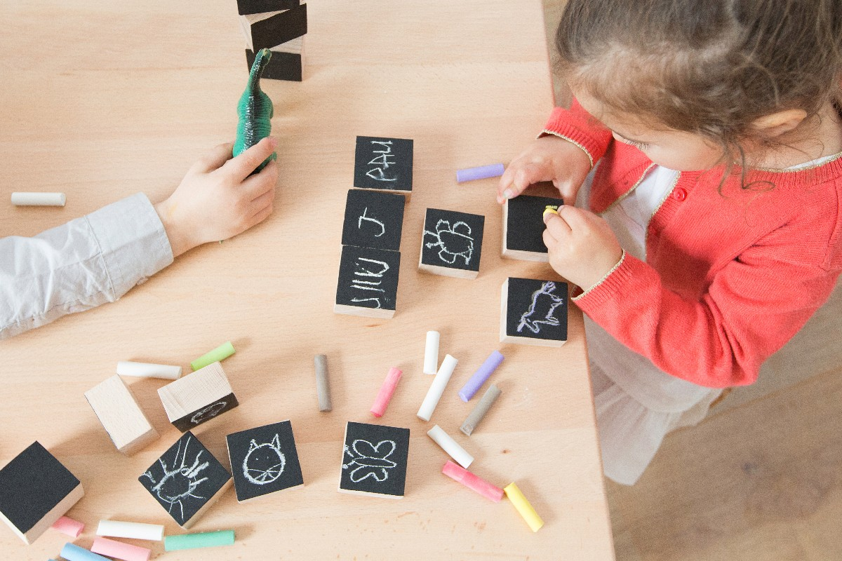 Cubes ardoise écriture avec craies