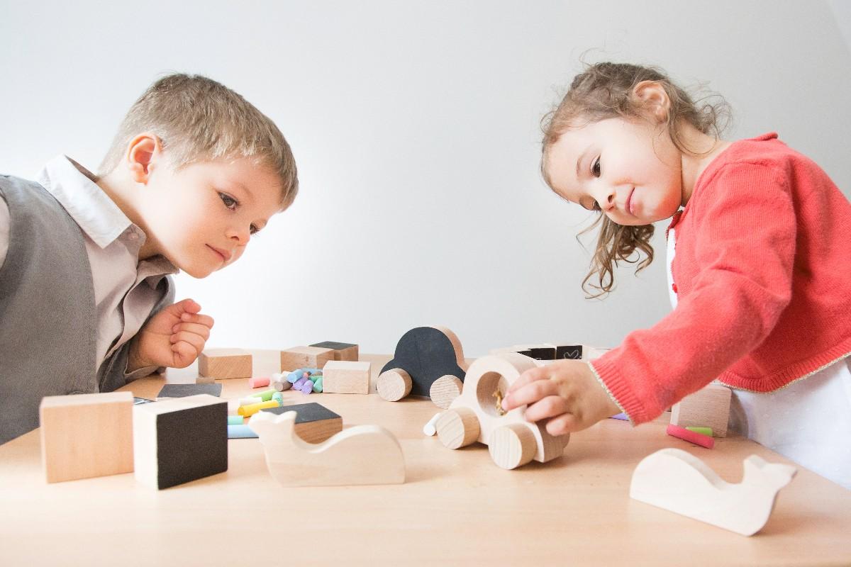 Enfants jouent avec jouets