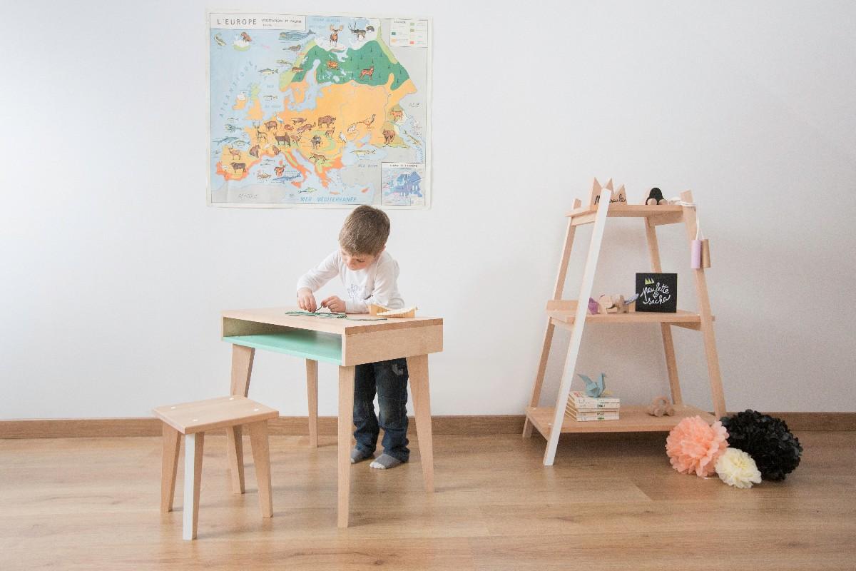 Chambre d'enfant avec mobilier bois brut