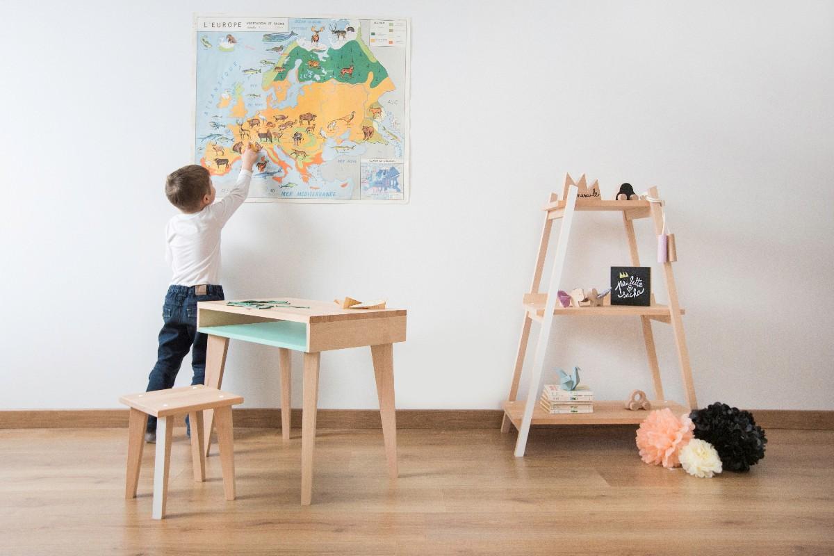 Chambre d'enfant avec bureau en bois