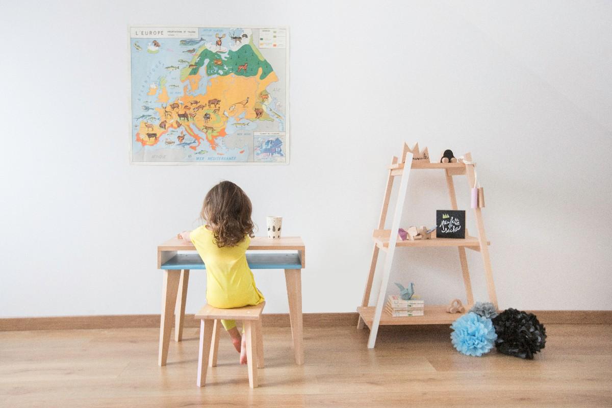Chambre d'enfants avec meubles en bois