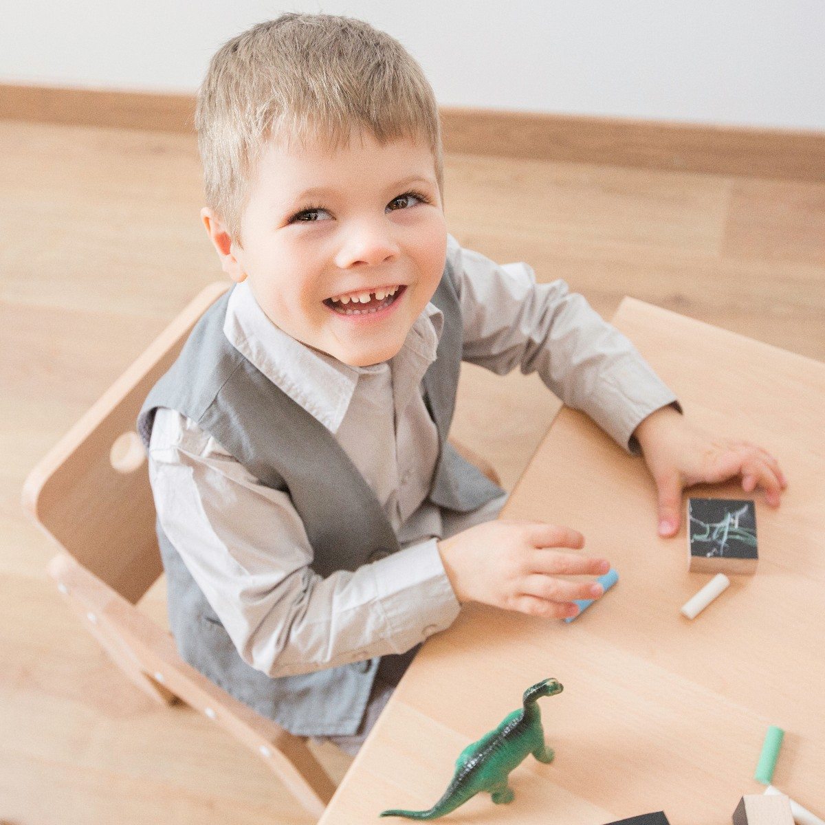 Table enfant avec jouets en bois